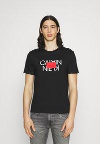 Calvin Klein - TEXT REVERSED LOGO  - T-shirt med print - black - 0