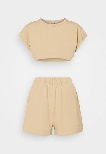 NMMALOU CROPPED SET - Teplákové kalhoty - camel