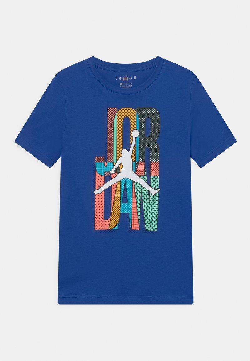 Jordan - MISMATCH STACK TEE UNISEX - T-shirt z nadrukiem - game royal