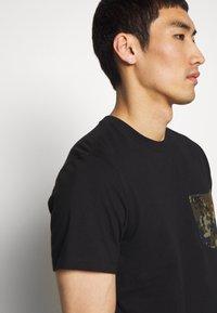 Barbour International - POCKET TEE - Print T-shirt - black - 3