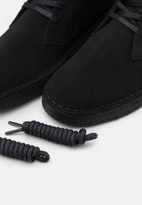 Clarks Originals - DESERT COAL - Stringate sportive - black - 5