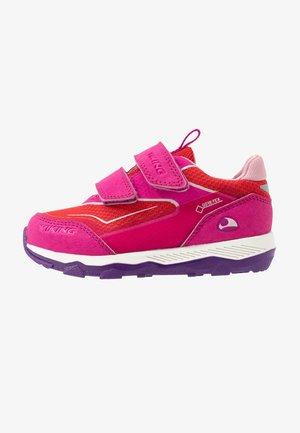 EVANGER LOW GTX - Walking trainers - magenta/red