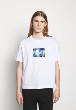 HANGER GLOBAL PRINT TEE - Print T-shirt - white