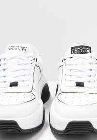 Versace Jeans Couture - Baskets basses - bianco ottico - 5