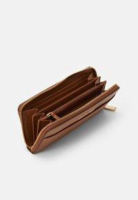 MICHAEL Michael Kors - POCKET - Lommebok - luggage - 2