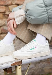 Reebok Classic - CLUB C 85 VINTAGE SOFT LEATHER SHOES - Sneakers basse - chalk/green/white/red - 3