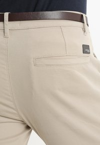 Lindbergh - CLASSIC WITH BELT - Chino - sand - 5