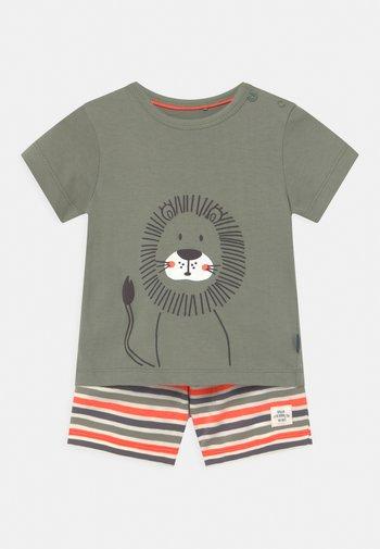SET - Print T-shirt - khaki/orange
