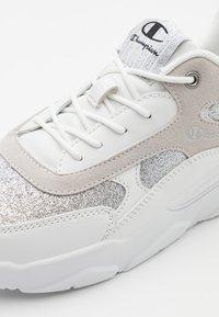 Champion - LOW CUT SHOE - Sports shoes - white - 5
