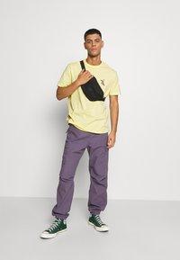 YOURTURN - UNISEX - T-shirt med print - yellow - 1
