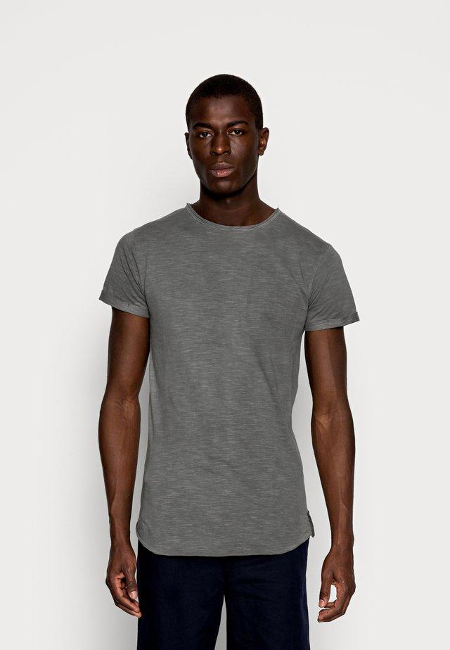 ALAIN - Jednoduché triko - pewter