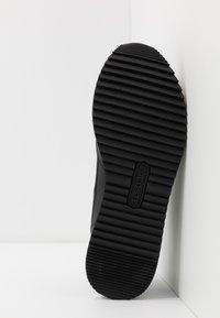 Lacoste - PARTNER PISTE - Sneakersy niskie - black/grey - 4