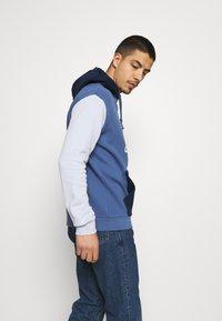 adidas Originals - BLOCKED UNISEX - Jersey con capucha - crew blue/halo/scarlet - 3