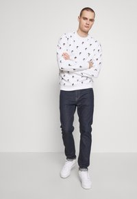 Lacoste - Unisex Lacoste x Jean-Michel Tixier Print Sweatshirt - Sweatshirt - blanc - 1