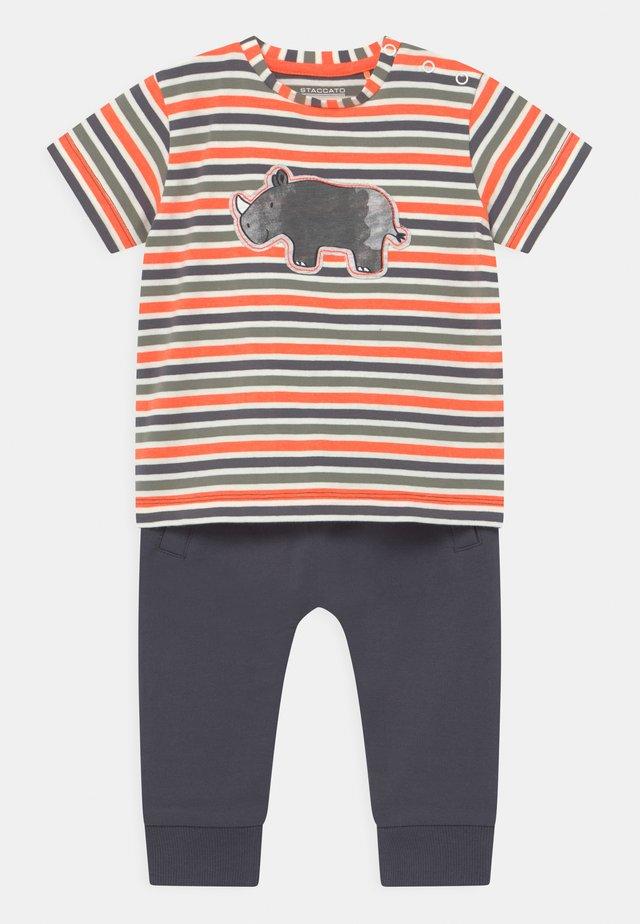 SET - Print T-shirt - dark blue/orange