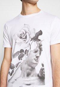 Jack & Jones - JORFASTER TEE CREW NECK - T-shirt imprimé - white - 5