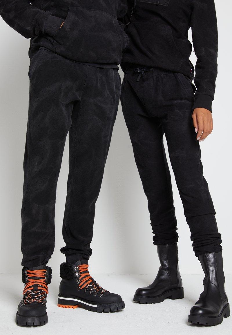 Tommy Hilfiger - LEWIS HAMILTON UNISEX GMD SWEATPANTS - Pantalones deportivos - black
