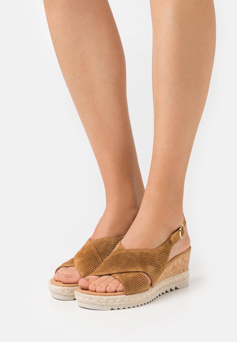 Gabor Comfort - Sandalias con plataforma - camel