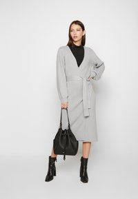 Lost Ink Petite - WRAP DRESS WITH FULL SLEEVE - Pletené šaty - grey - 2