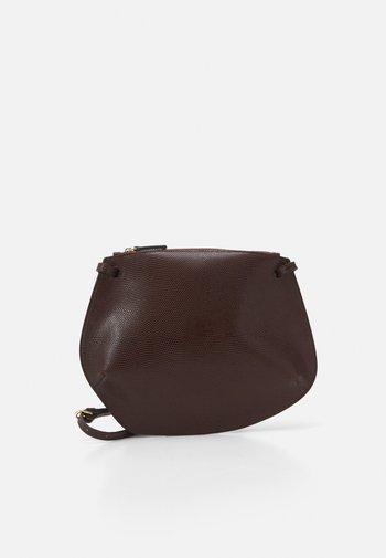 PEBBLE CROSSBODY - Sac bandoulière - dark brown
