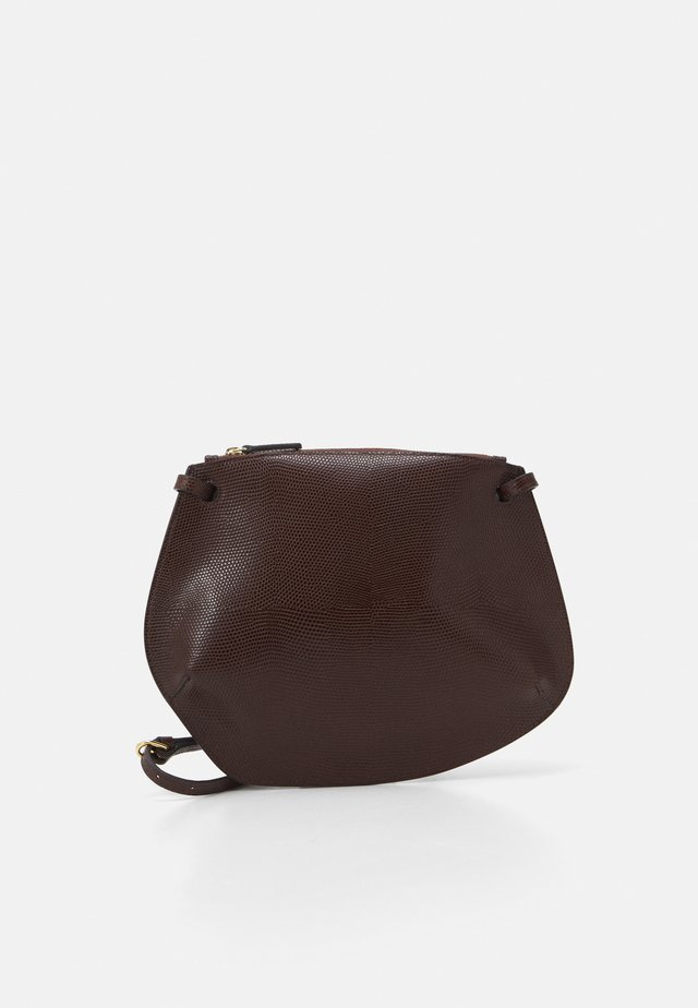 PEBBLE CROSSBODY - Olkalaukku - dark brown