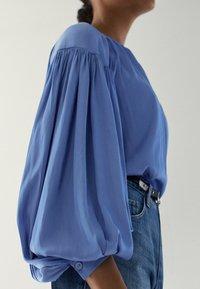Massimo Dutti - MIT RAFFUNGEN - Blouse - light blue - 3