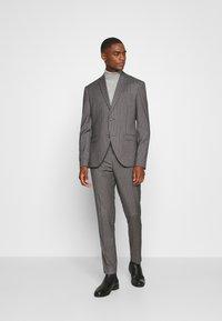 Isaac Dewhirst - BOLD STRIPE SUIT - Oblek - grey - 0