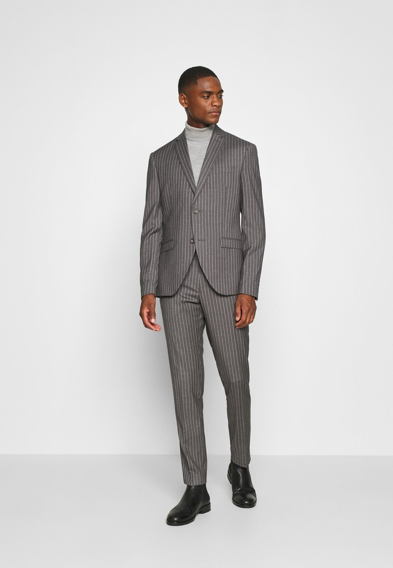 Isaac Dewhirst - BOLD STRIPE SUIT - Traje - grey