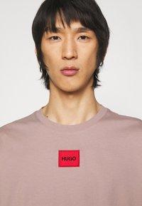HUGO - DIRAGOLINO - Basic T-shirt - light/pastel brown - 3