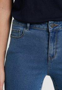Vero Moda Tall - VMHOT SEVEN SLIT KNICKER MIX  - Denim shorts - medium blue denim - 4