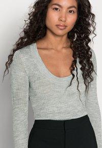Selected Femme Petite - SLFCOSTA NEW DEEP UNECK - Neule - light grey melange - 3