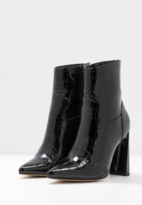 Missguided - FEATURE SHINY WESTERN BOOT - High heeled ankle boots - black - 4
