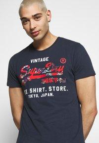 Superdry - INFILL STORE TEE - Print T-shirt - lauren navy - 4