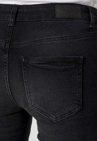 Vero Moda - VMHANNA MR SLIM SLIT JEANS - Skinny džíny - black denim - 4
