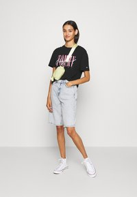 Tommy Jeans - FLORAL DETAIL TEE - T-shirts med print - black - 1