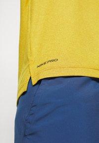 Nike Performance - T-shirts basic - tawny/dark sulfur/heather/black - 5