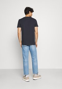 Tommy Hilfiger - LINES TEE - T-shirt med print - desert sky - 2