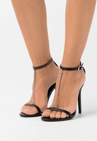 Missguided - SIMPLE CHAIN T BAR  - Sandali con tacco - black - 0