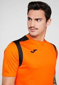 Joma - CHAMPION - T-shirt print - orange/black - 4