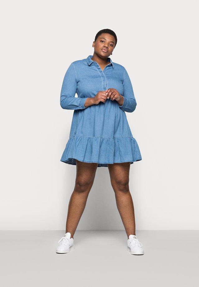 VMMARIA FRILL SHORT DRESS - Robe en jean - light blue denim