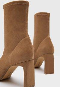 Bershka - ENG ANLIEGENDE - Boots à talons - ochre - 5