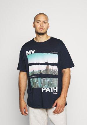 JORPHOTO FASTER TEE CREW NECK - Print T-shirt - navy blazer