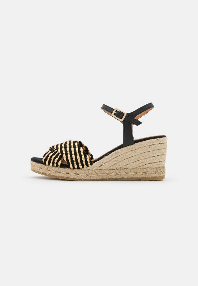 LAURA - Sandalen met plateauzool - schwarz/gold