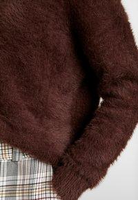 Honey Punch - EYELASH CREWNECK - Stickad tröja - chocolate - 5
