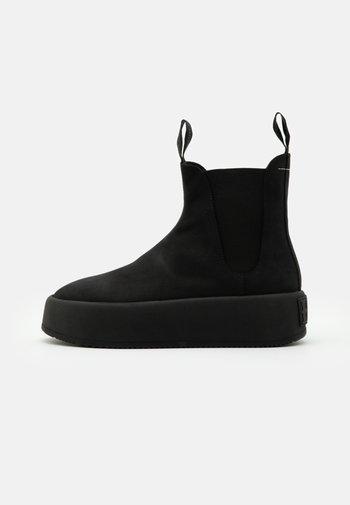 Kotníkové boty na platformě
