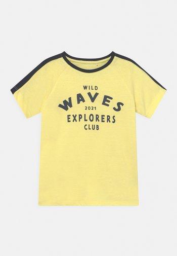 NMMVASTI - Camiseta estampada - yellow pear