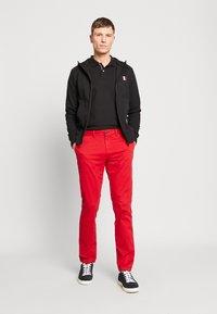 Tommy Hilfiger - DENTON FLEX   - Chino kalhoty - red - 1