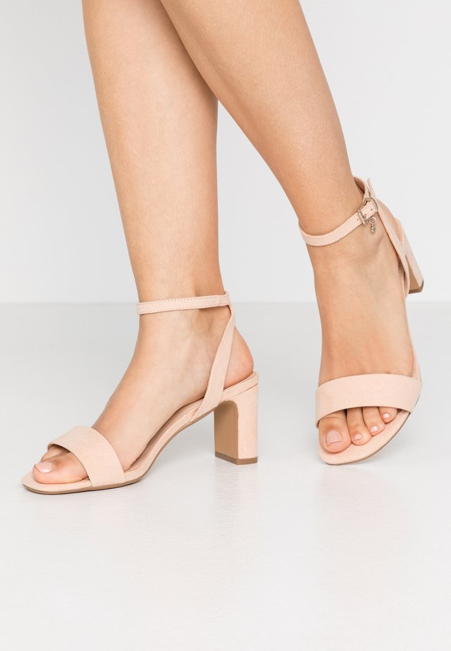 MAKEOVER - Sandaalit nilkkaremmillä - pink
