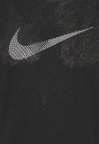 Nike Performance - RUN MILER - Printtipaita - black - 2