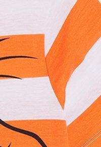Benetton - T-shirt z nadrukiem - orange/off-white - 2